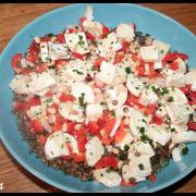 Salade de lentilles, poivron rouge, oignon, chèvre
