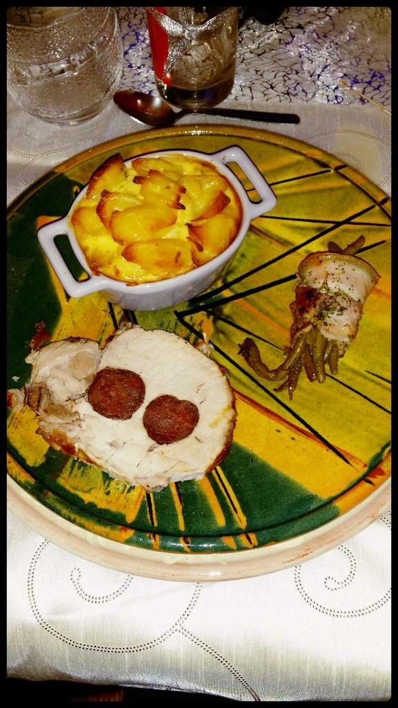 Rôti de porc farci au figatellu, cassolette de gratin dauphinois & petit ballotin d'haricots verts à la poitrine fumée.